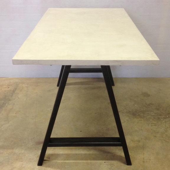 Table en béton et acier sur mesure mobilier en béton mobilier industriel pièce unique design italien Anna Farina fabrication artisanale italienne et française Anna colore industriale-2