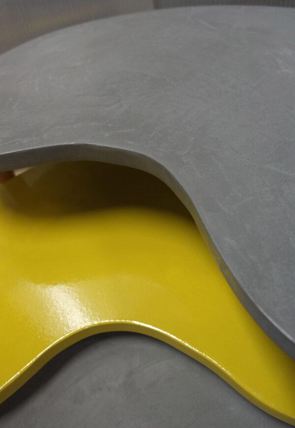 Table-basse-tripode-gigogne-sur-mesure-en-béton-et-peinture-style-vintage-mobilier-industriel-Anna-colore-industriale